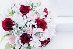 Huwelijksfloristics in de vorm van een boeket stock foto's