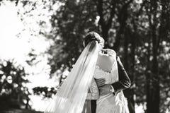 Huwelijksfoto, gelukkige bruid en bruidegom samen Royalty-vrije Stock Foto's
