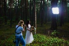 Huwelijksfotograaf die stroboscoop met behulp van en softbox om close-upportretten te maken stock afbeelding