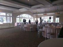 Huwelijksgebeurtenis, dienende lijst, gasten, ontvangstzaal en servers Royalty-vrije Stock Foto