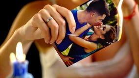 Huwelijksgeheugen en brandende foto stock foto