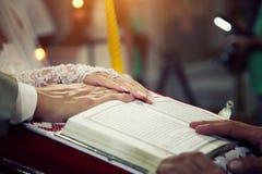 Huwelijksgeloften in de kerk stock foto's