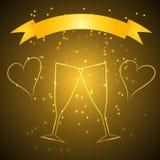 Huwelijksglazen met lint in gouden kleur Royalty-vrije Stock Afbeeldingen