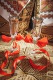 Huwelijksglazen voor de bruid en de bruidegom Stock Afbeeldingen