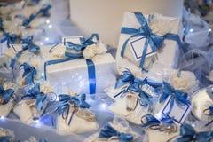 Huwelijksgunst met kant en blauw lint wordt verfraaid dat royalty-vrije stock foto