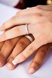 Huwelijkshanden tussen verschillende rassen Royalty-vrije Stock Foto