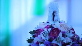 Huwelijkskaars in bloemen Kaars met cijfers stock footage