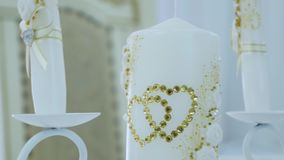 Huwelijkskaars met decoratie en Bergkristallen Stock Foto