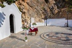 Huwelijkskapel klaar voor ceremonie in St Paulbaai op Rhodos, royalty-vrije stock foto