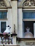 Huwelijkskleding die op de bruiden wachten stock afbeelding