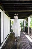 Huwelijkskleding en de bruidschoenen stock foto