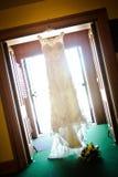 Huwelijkskleding het Hangen in Deuropening Royalty-vrije Stock Foto