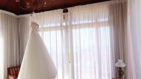 Huwelijkskleding het hangen van lamp Langzame verlaten panning stock footage