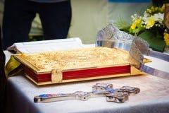 Huwelijkskronen, kruis en bijbel Stock Foto's