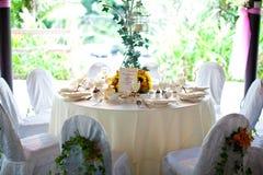 Huwelijkslijst die met bloemdecoratie plaatsen Stock Fotografie
