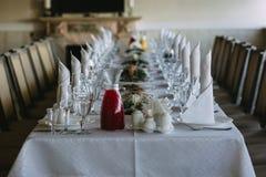 Huwelijkslijst in het restaurant stock afbeelding