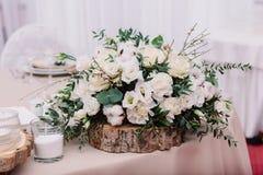 Huwelijkslijst met boeket en kaarsen wordt verfraaid die Stock Afbeelding