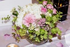 Huwelijkslijst met Boeketten met roze rozen en hydrangea hortensia Royalty-vrije Stock Afbeeldingen