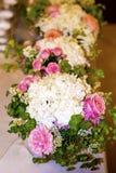 Huwelijkslijst met Boeketten met roze rozen en hydrangea hortensia Stock Fotografie