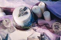 Huwelijkslijst met cake, lavendel en kaarsen royalty-vrije stock fotografie