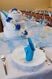 Huwelijkslijst met een Huwelijkscake Stock Foto's