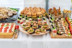Huwelijkslijst met voedsel Snacks en Voorgerecht op de Lijst Vissen en Ruw Vlees met Groenten royalty-vrije stock foto