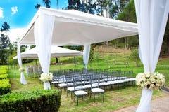 Huwelijksmarkttent met boeketten Stock Fotografie