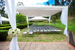 Huwelijksmarkttent met boeketten Royalty-vrije Stock Foto's