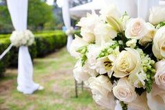 Huwelijksmarkttent met boeketten Stock Afbeelding