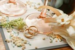 Huwelijksmenu met gouden ringen Stock Foto's