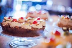 Huwelijksopstelling met heerlijke cakes en snoepjes Stock Foto