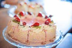 Huwelijksopstelling met heerlijke cakes en snoepjes Royalty-vrije Stock Afbeeldingen