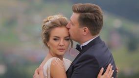 Huwelijkspaar in Bergen stock video