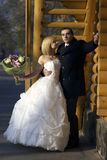 Huwelijkspaar bij het de herfstpark Mooi echtpaar in Th Stock Foto