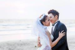 Huwelijkspaar bij strand royalty-vrije stock foto