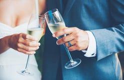 Huwelijkspaar Champagne Stock Afbeeldingen