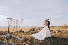 Huwelijkspaar in de bergen royalty-vrije stock afbeeldingen