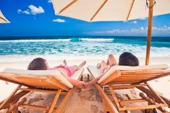 Huwelijkspaar dichtbij de blauwe oceaan royalty-vrije stock foto