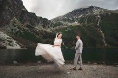Huwelijkspaar die dichtbij het meer in Tatra-bergen in Polen lopen Morskie Oko De mooie Dag van de Zomer stock foto's
