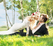 Huwelijkspaar die op het gazon liggen Stock Fotografie