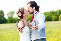 Huwelijkspaar die paardschoen tonen Stock Afbeeldingen