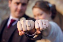 Huwelijkspaar die ringen tonen Sterke Paarvuisten Stock Fotografie