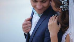 Huwelijkspaar die teder op de berg piekrand kussen met verbazende mening stock video