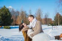 Huwelijkspaar in een opzichtige schoftendag, die elkaar houden, die pret het dansing hebben kleding van het rustieke stijl de kor Stock Fotografie