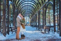 Huwelijkspaar in een opzichtige schoftendag, het lopen, meetkunde kleding van het rustieke stijl de korte huwelijk Meisjesbrunett Stock Foto
