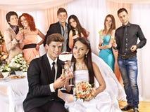 Huwelijkspaar en gasten die champagne drinken. Stock Foto