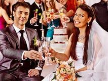 Huwelijkspaar en gasten die champagne drinken. Stock Afbeelding