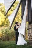 Huwelijkspaar het kussen royalty-vrije stock afbeeldingen