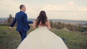 Huwelijkspaar het Lopen stock footage