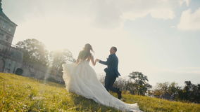 Huwelijkspaar het Lopen stock video